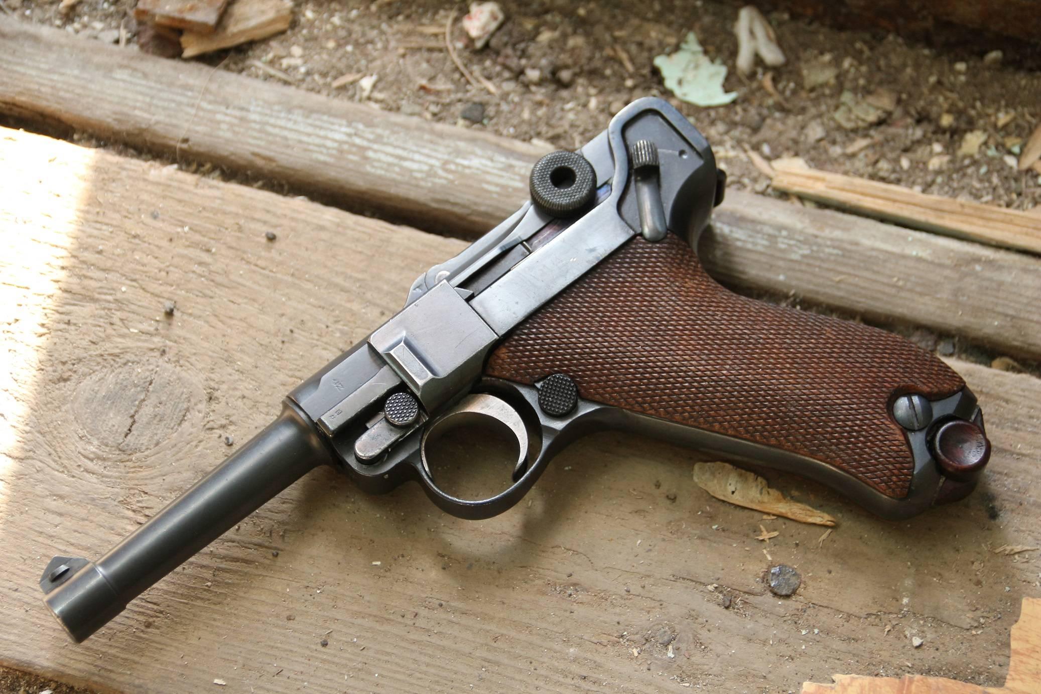 Какой пистолет назван не по имени своего создателя?