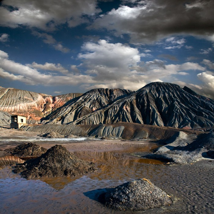 Горы, созданные руками человека из отходов  пустых пород, оставшихся после переработки добытых полезных ископаемых