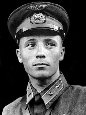 Назовите фамилию летчика совершившего первый ночной таран в бою, на подступах Москвы?