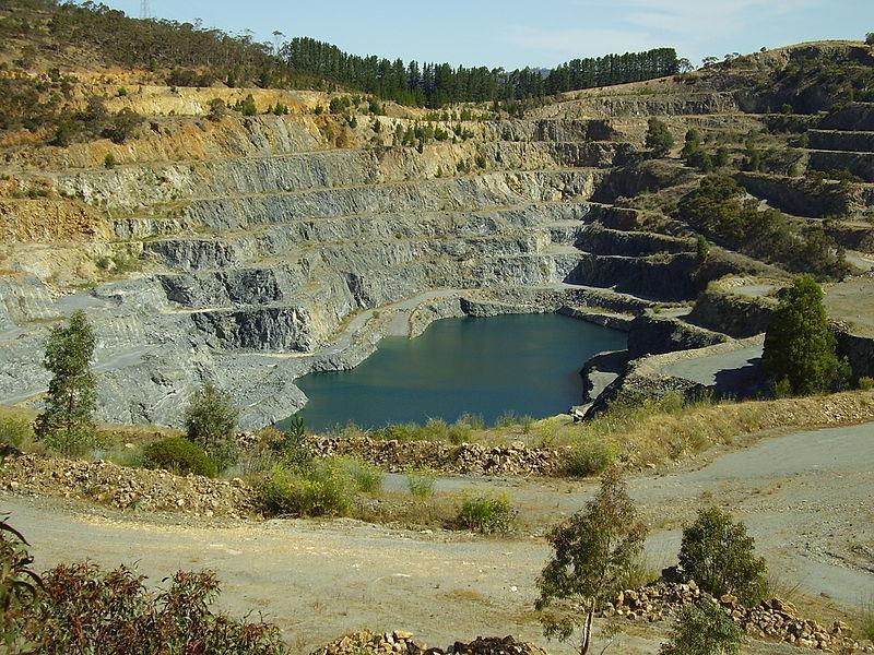 Как называется место открытой разработки неглубоко залегающих ископаемых?
