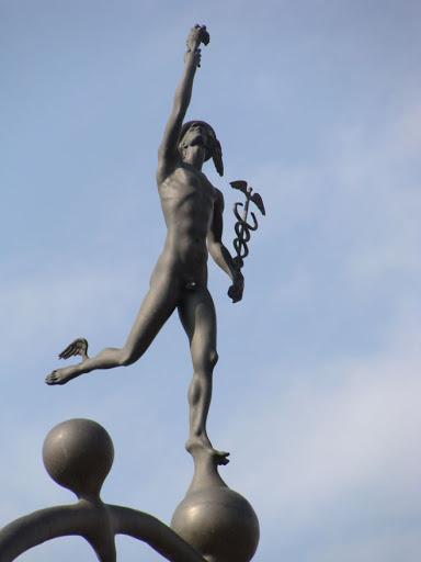 Какого бога греки изображали в сандалиях с крылышками